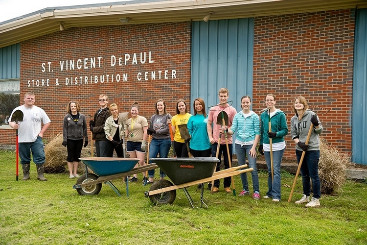 Students from a past Mayerson project class volunteering at St. Vincent DePaul.